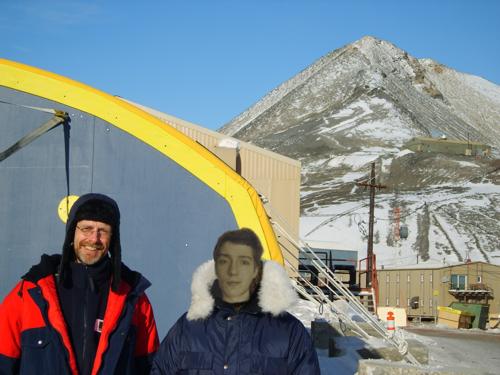 Arne Tarara bohrt Loch zum Erdkern